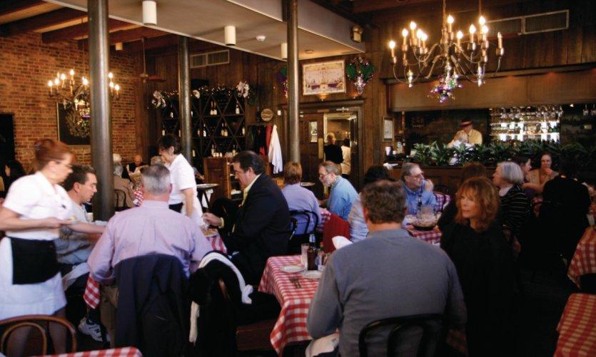 De nombreux restaurants proposent des plats cajuns et créoles.