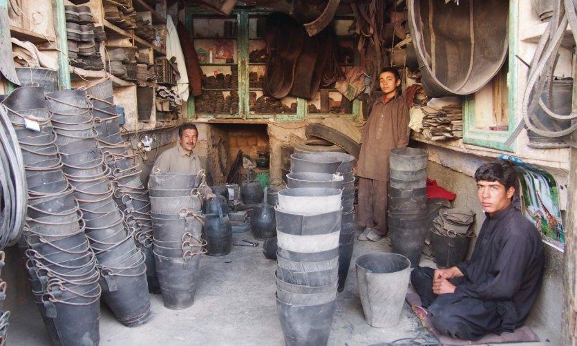 <p>Merchants in the bazaar of Hérât.</p>