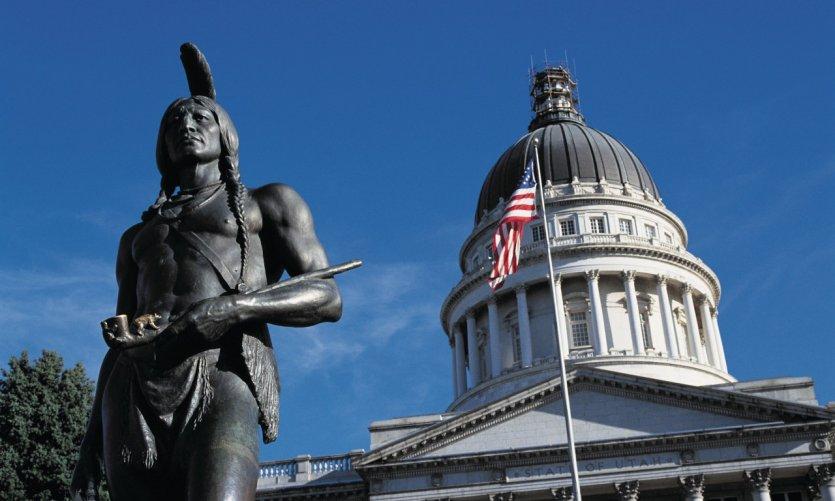 Statue du chef indien Massasoit devant le Capitol.