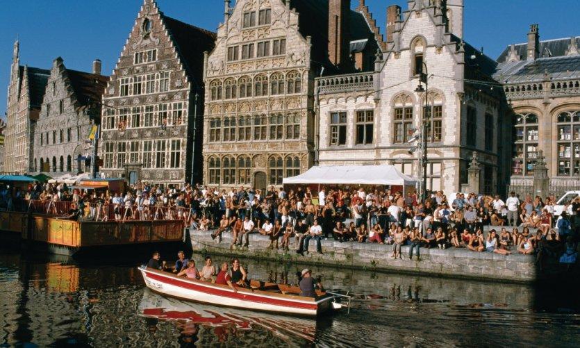 Manifestation le long des canaux de Gand.