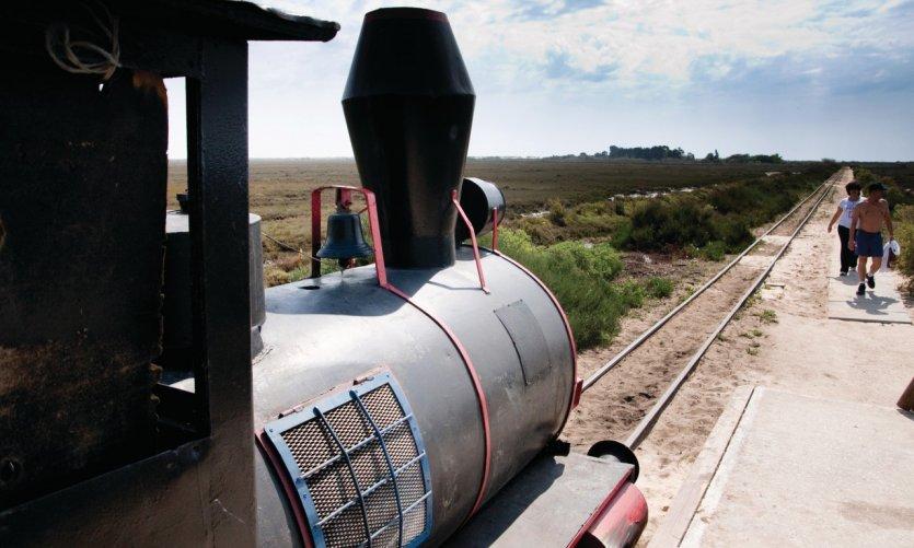 Ce petit train permet de rejoindre la Praia do Tamboril sur l'Ilha de Tavira.