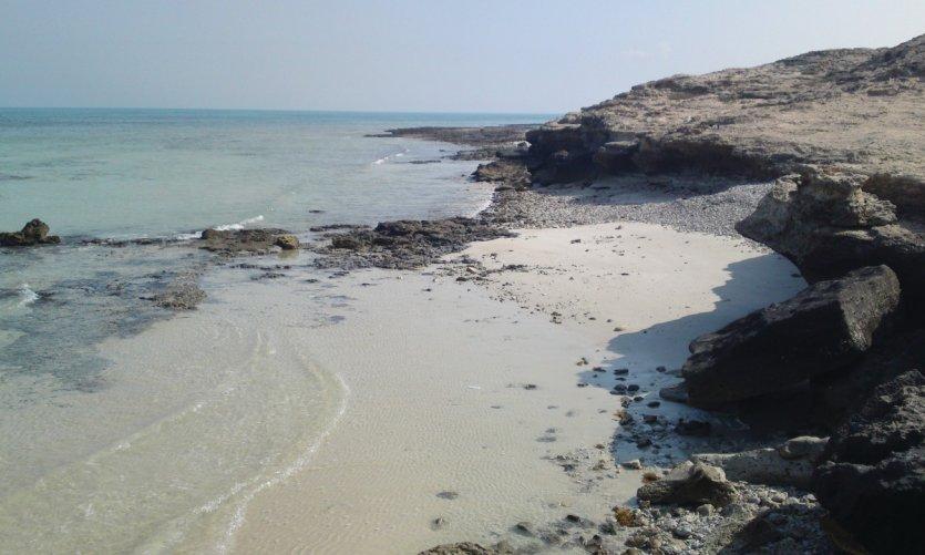 Petites criques à Fuwairit sur la seule zone rocheuse du nord du Qatar accessible en 4x4.