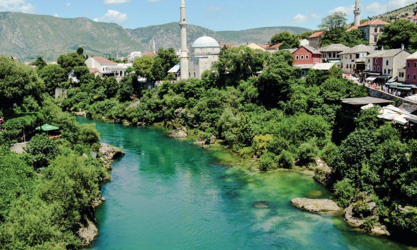 La Neretva et la mosquée Koski Mehmed Pacha, à Mostar.