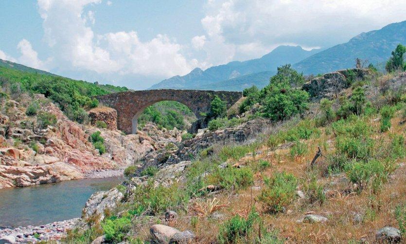 Pont génois dans la vallée du Fango