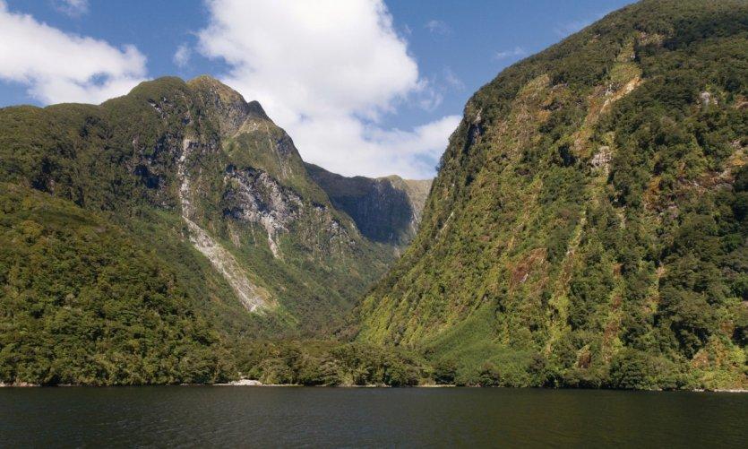 Montagnes dans le fjord de Doubtful Sound.