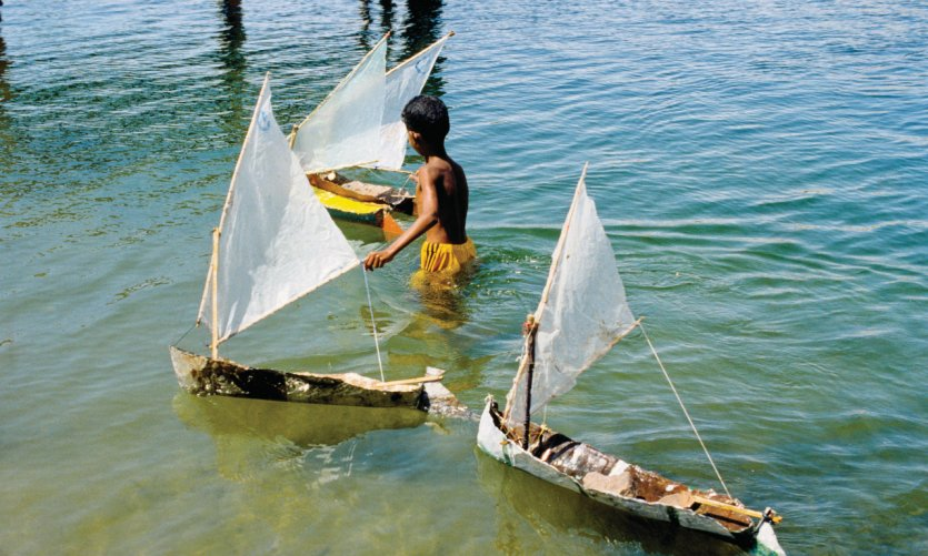 <p>Enfants jouant avec des modèles réduits de felouques faits à la maison sur le Nil.</p>