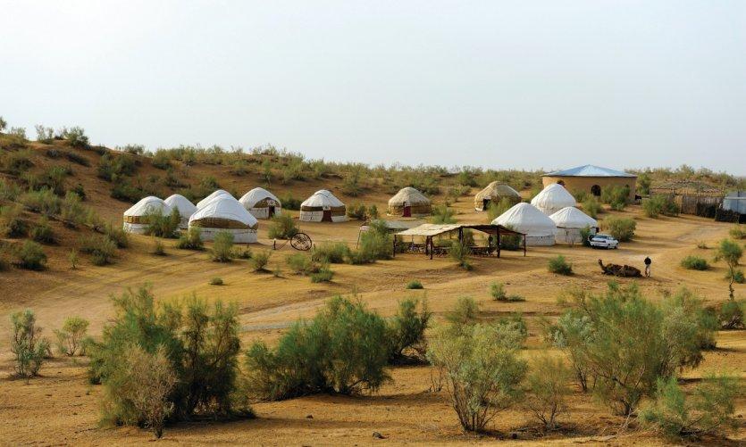 Campement de yourtes près du lac Aydar Kul.