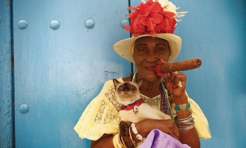 Cubaine fumant un cigare.