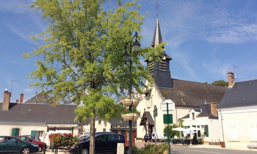 La place de l'église à Nançay.