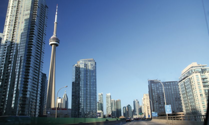 Tour CN et centre de Toronto, vus de l'Expressway Gardiner.