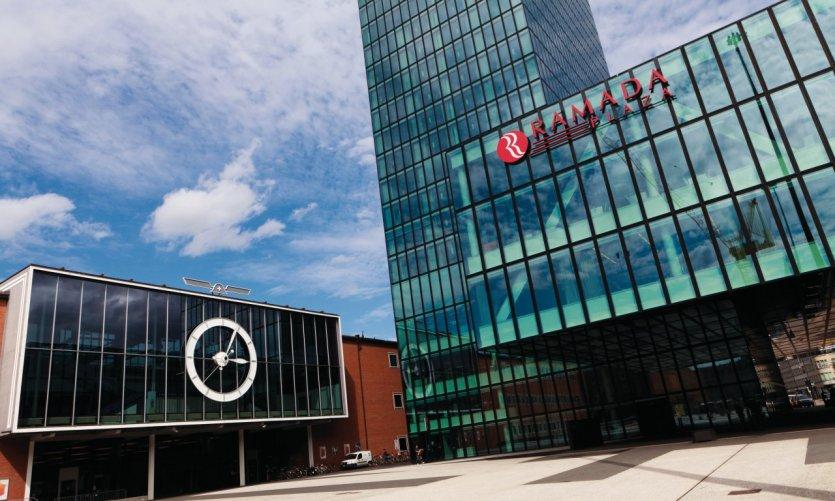 Le centre des congrès de Bâle et l'hôtel Ramada Plaza.