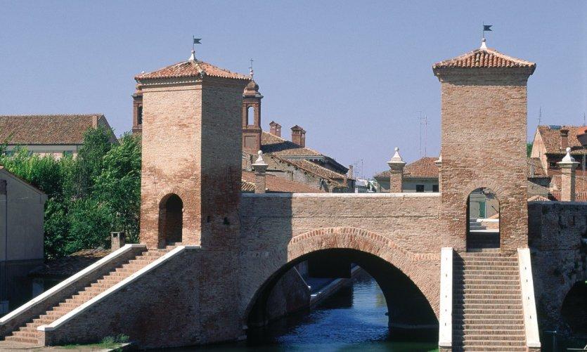 Delta du Pô, lagune de Commachio, pont et tours de guet.