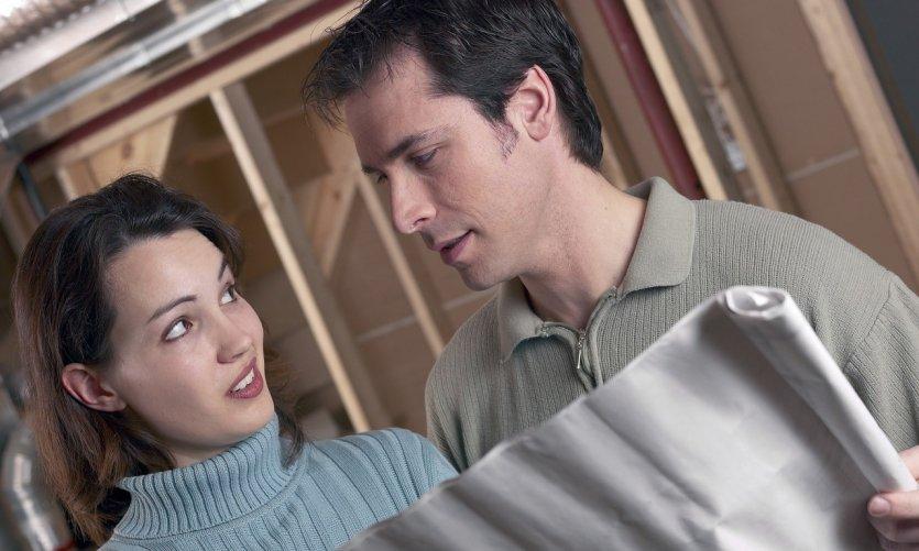 Jeune couple devant les plans de sa maison