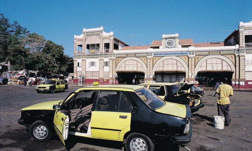 Taxis devant la gare de Dakar.