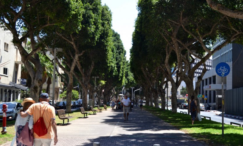 <p>Promenade sur le boulevard Rothschild.</p>