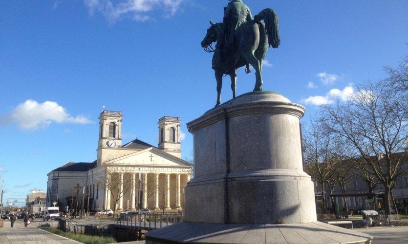 Place Napoléon et église Saint-Louis.