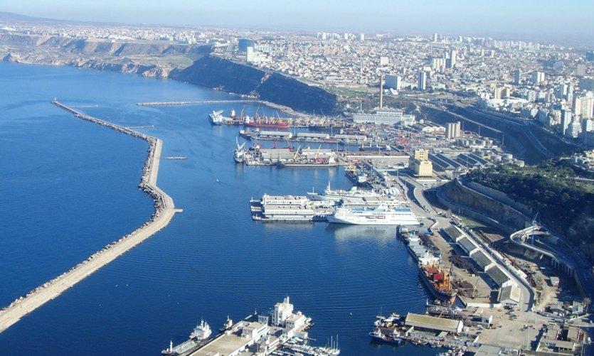 Le port d'Oran vu de Santa Cruz.