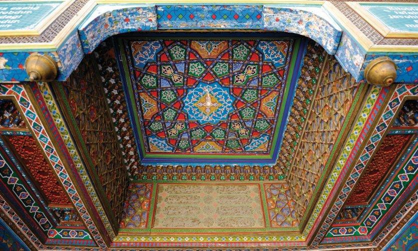 Détail du plafond en bois peint de la madrasa Amir Alim Khan.