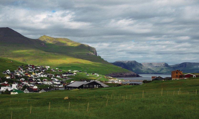 Le village de Sandavágur vu du point de départ de la randonnée vers le promontoire de Traelanipa.