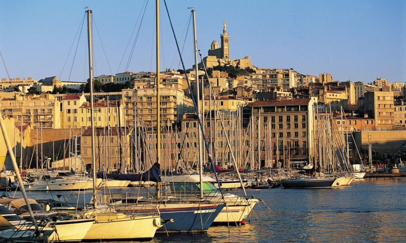 Le Vieux Port de Marseille, dominé par la basilique Notre-Dame-de-la-Garde - Marseille