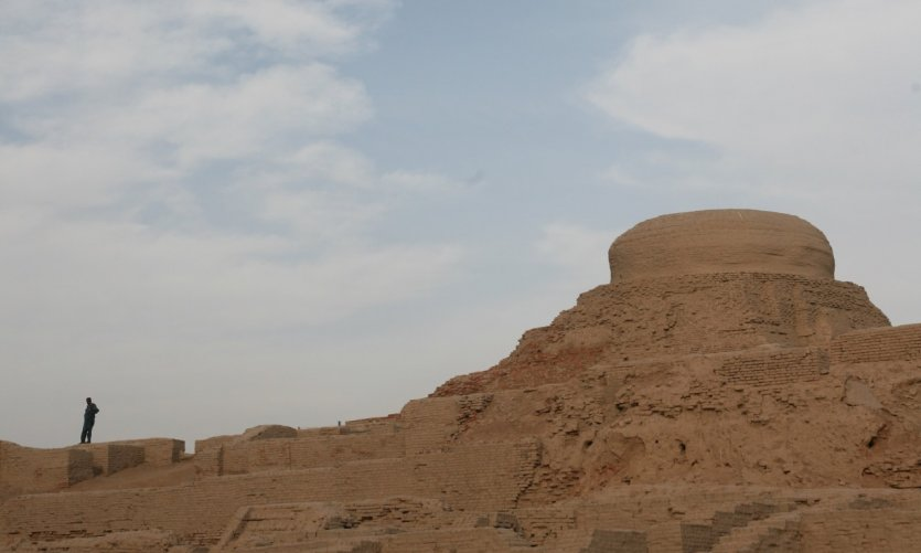 Un visiteur sur le site de Mohenjo-Daro.