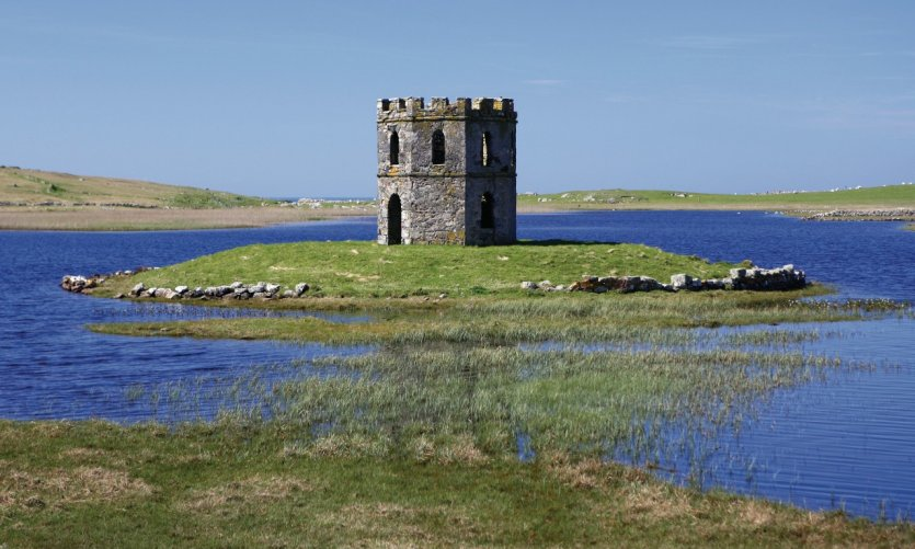 Ruines d'un château sur un ilot.