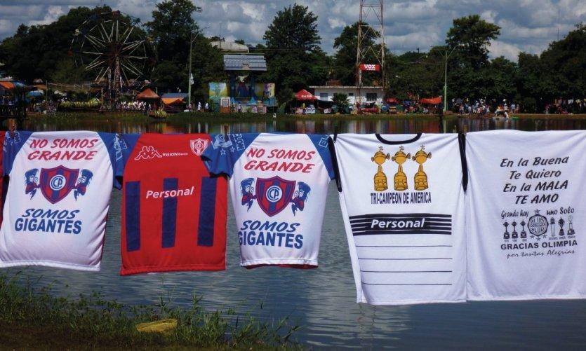 Vente de maillots de divers clubs de foot à Ità.
