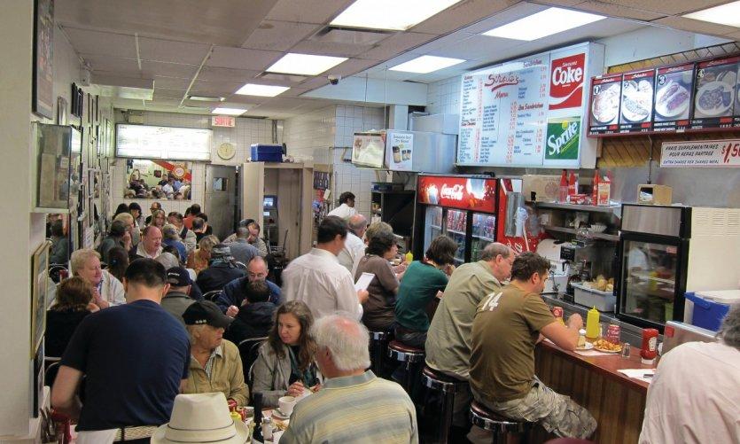 <p>Schwartz's, célèbre restaurant de sandwiches à la viande fumée.</p>