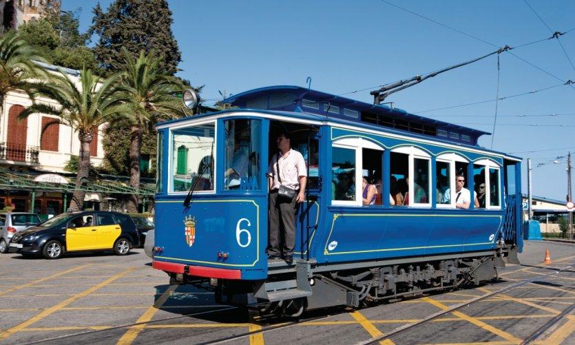 Tramvia Blau sur la Plaza Tibidabo.