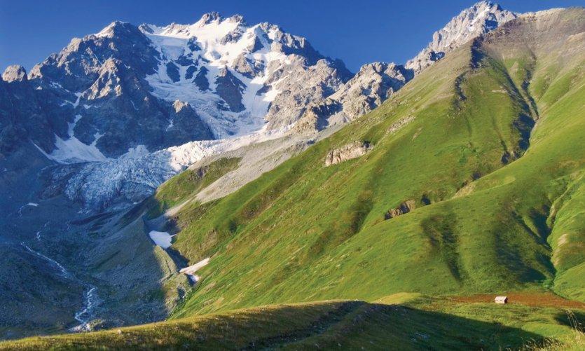 Les sommets caucasiens Bubismta et Chanchakhi.