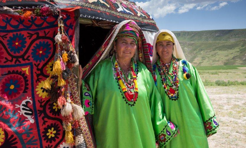 Femmes de la région de Sourkhan Daria en costumes traditionnels