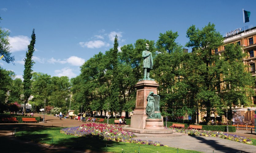 <p>The statue of the Finnish poet Johan Ludvig Runeberg, park of the Esplanade.</p>