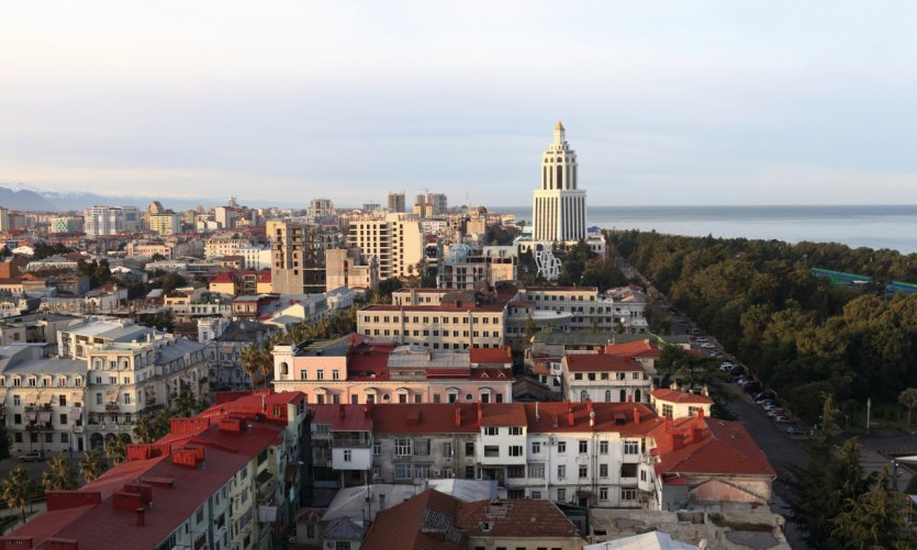 Vue sur la ville de Batoumi, qui borde la Mer Noire.