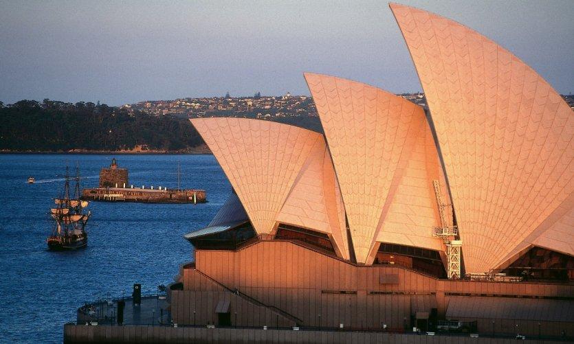 L'Opéra de Sydney et la réplique du Bounty.