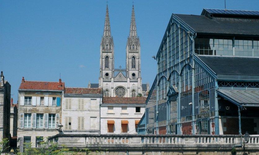 Les halles et l'église Saint-André de Niort