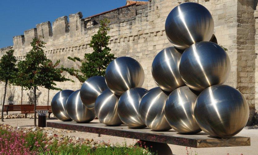 Oeuvre d'art au pied des remparts d'Avignon.