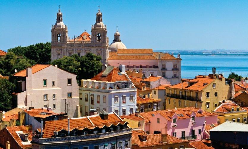 Vue sur le vieux Lisbonne, son Monastère de Saint-Vincent de Fora et ses batiments colorés.