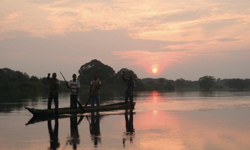 Pêcheurs sur l'Alima, affluent du Congo qu'avait descendu Pierre Savorgnan de Brazza.