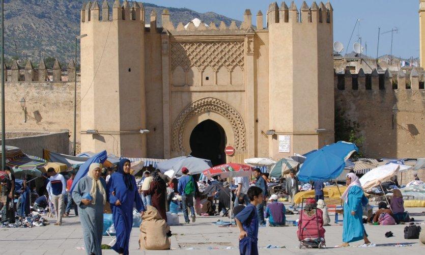 Marché aux puces devant la porte Bab Chorfa, la porte de kasbah Nouar.