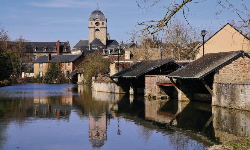 La rivière la Sarthe et l'église Notre-Dame d'Alençon