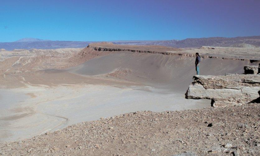 Randonneur face au paysage lunaire de San Pedro de Atacama
