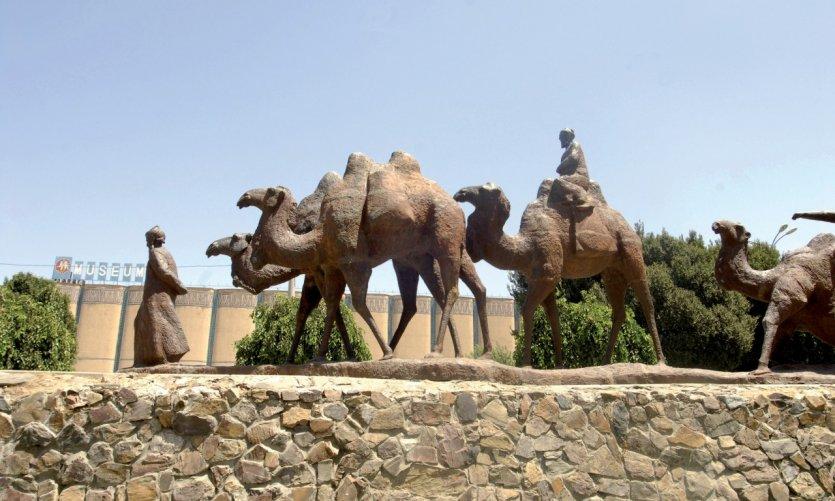 Statue d'une caravane de chameaux.