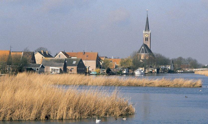 Le clocher du village de Grootschermer domine la plaine.