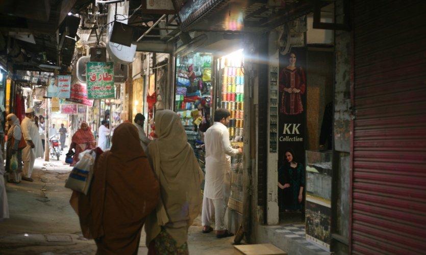 Deux femmes se promènent dans l'un des markaz de Multan.