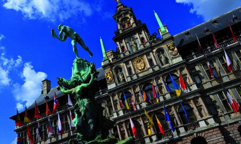 Statue de Silvius Brabo au pied de l'Hôtel de Ville.