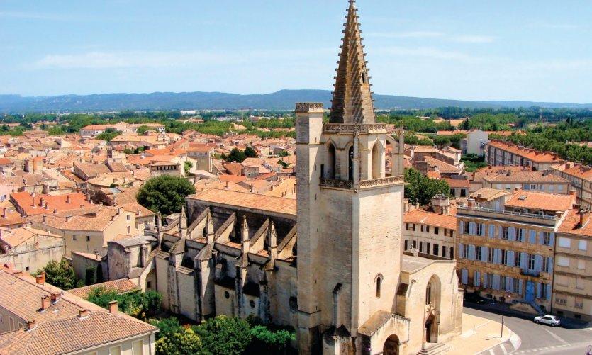 Survol de Tarascon et de son église Sainte-Marthe.