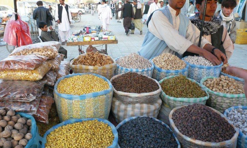 Vendeurs d'épices et de fruits secs à Mazar-e-Charif.