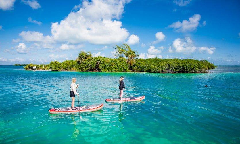 Paddle sur les eaux de Caye Caulker.