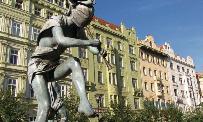 Statue de clarinettiste dansant sur la place Senovážné (Nové Město)