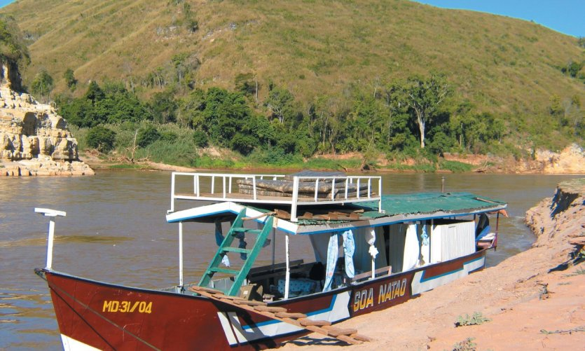 Barge used by travellers to descend Tsiribihina